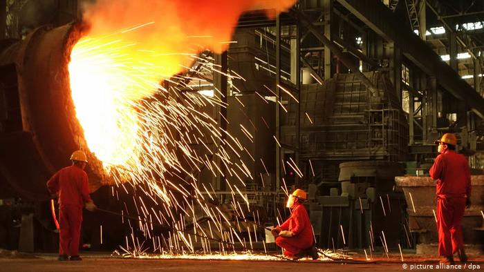 Workers at a steel factory in Dalian city (picture alliance / dpa)